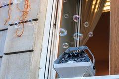 Le générateur de machine pour des bulles de savon se tient sur la fenêtre photos libres de droits