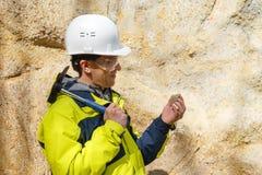 Le géologue examine un échantillon d'extérieur en pierre image libre de droits