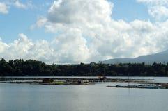 Le gabbie di bambù del pesce costruite in mezzo al lago della montagna puntellano Fotografia Stock Libera da Diritti
