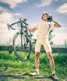 Le gagnant d'une course de vélo embrasse le trophée Photo stock