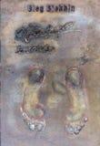 Le gagnant de la récompense d'or de pied laisse un moule permanent de son pied Image libre de droits