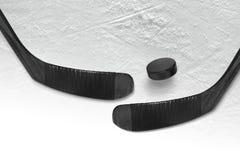 Le galet d'hockey et collent la glace deux noire images stock