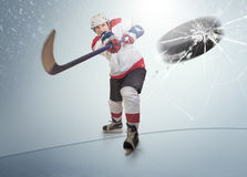 Le galet de hockey sur glace a frappé le pare-soleil opposé Photos stock