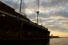 Le galion en bois de bateau a amarré en photos d'actions de bord du quai Image stock