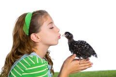 Le galline del selezionatore scherzano l'agricoltore del proprietario di ranch della ragazza che bacia un pulcino del pollo Fotografie Stock