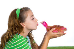 Le galline del selezionatore scherzano l'agricoltore del proprietario di ranch della ragazza che bacia un pulcino del pollo Immagine Stock Libera da Diritti