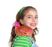 Le galline del selezionatore scherzano l'agricoltore del proprietario di ranch della ragazza con i pulcini del pollo Fotografie Stock