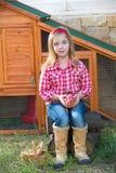 Le galline del selezionatore scherzano l'agricoltore del proprietario di ranch della ragazza con i pulcini in gabbia di pollo Immagini Stock Libere da Diritti