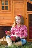 Le galline del selezionatore scherzano l'agricoltore del proprietario di ranch della ragazza con i pulcini in gabbia di pollo Fotografie Stock