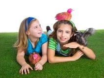 Le galline del selezionatore scherzano le ragazze dell'agricoltore della sorella divertendosi con il 'chi' del pollo Fotografia Stock Libera da Diritti