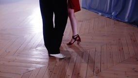 Le gambe che fanno un passo nel tango ballano archivi video