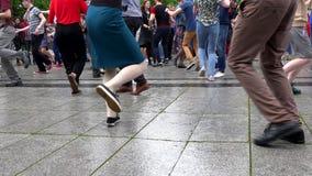 Le gambe dei ballerini della via eseguono l'operazione di ballo sulla pavimentazione della via Giorno di musica della via archivi video