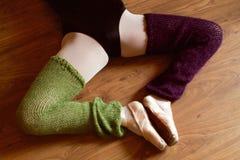 Le gambe del ballerino di balletto con pointe calza fare l'allungamento Fotografie Stock