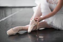 Le gambe del ballerino di balletto nel pointe calza il primo piano Fotografia Stock