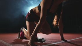 Le gambe del primo piano negli atleti delle scarpe da tennis sono cuscinetti correnti sulla pista degli sport complessi e funzion stock footage