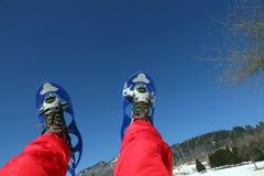 Le gambe dell'alpinista con le racchette da neve per le escursioni sulla neve Fotografia Stock Libera da Diritti