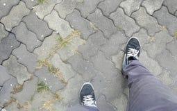 Le gambe dell'uomo che fanno un passo in avanti, realizzando progressi avanzati fotografia stock