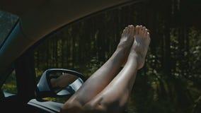 Le gambe della donna dalla finestra di automobile archivi video