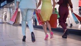 Le gambe della femmina di shopaholics stanno dirigendo per prendere gli sconti stagionali nel deposito di modo e per portare il l archivi video