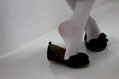 Le gambe della ragazza in scarpe Fotografie Stock Libere da Diritti