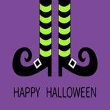 Le gambe della strega con i calzini e le scarpe a strisce si inarcano Halloween felice Cartolina d'auguri Fotografia Stock Libera da Diritti