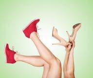 Le gambe delle donne con le scarpe casuali e classiche di progettazione Immagine Stock