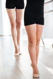 Le gambe di piccolo dancing dell'insegnante e della ballerina nel balletto classificano Fotografia Stock
