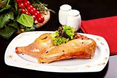 Gambe di pollo crude con lattuga e le spezie Fotografia Stock Libera da Diritti