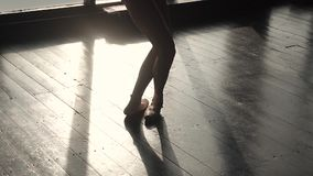 Le gambe di una ballerina nel pointe calza il primo piano Siluetta di una ballerina contro lo sfondo di grande finestra lento video d archivio