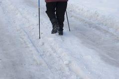 Le gambe di una donna anziana si sono impegnate nella camminata scandinava fotografia stock
