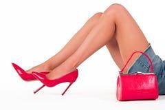 Le gambe e la borsa della donna Fotografia Stock