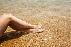 Le gambe femminili ben fatto si chiudono su Fotografia Stock