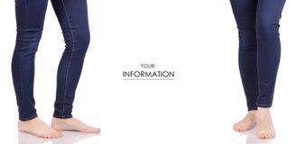 Le gambe femminili in vestiti dell'affare del negozio di modo di bellezza delle blue jeans hanno determinato il modello Fotografie Stock Libere da Diritti