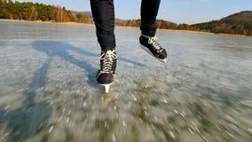 Le gambe maschii lunghe in leggins neri con hockey pattina Pattinaggio su ghiaccio all'aperto video d archivio