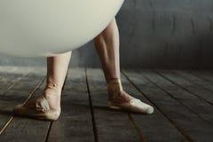Le gambe tese del ballerino di balletto situate nel nero hanno colorato la stanza Fotografia Stock Libera da Diritti