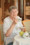 Le gammalare kvinna Arkivfoto