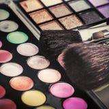 Le gamme di colori variopinte dell'ombretto di trucco con trucco spazzola Immagini Stock Libere da Diritti