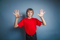 le garçon à l'air européen de dix ans montre un chiffre images libres de droits