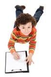 Le garçon écrivent dans la planchette photos libres de droits