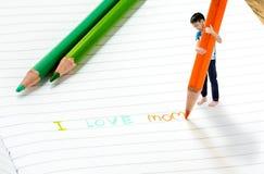 Le garçon écrivent la maman d'amour d'I Image stock