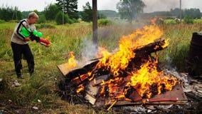 Le garçon éteint les flammes images stock