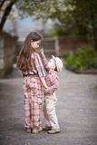 Le garçon étreignant la soeur mignonne et recherche Photo libre de droits
