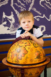 Le garçon étreint le vieux globe images libres de droits