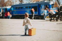 Le garçon adorable de petit enfant s'est habillé dans le chandail rouge sur une gare ferroviaire photographie stock libre de droits