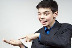 Le garçon affiche sa main Photographie stock