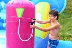 Le garçon apprécient le parc aquatique extérieur d'été images libres de droits