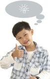 Le garçon asiatique cogne vers le haut et zone des textes d'annonce Images libres de droits