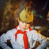 Le garçon attirant roux s'est habillé comme le pionnier soviétique avec le lien rouge Image libre de droits