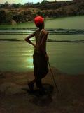 Le garçon au lac Image stock