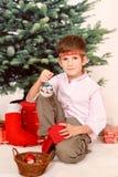 Le garçon avec des présents de cristmas Photos stock